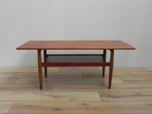 Table basse scandinave en teck. Antiquités du XXème. Design du XXème. www.galerie87.com