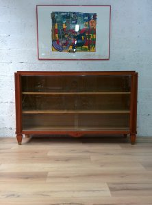 Bibliothèque en acajou, attribuée à Jacques Adnet. Antiquités du XXème. Design du XXème. Meuble vintage. www.galerie87.com