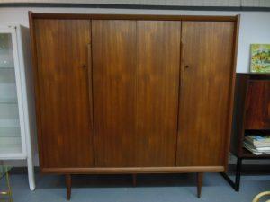 Superbe armoire scandinave en teck. Antiquités du XXème. Design du XXème. Meuble vintage. www.galerie87.com