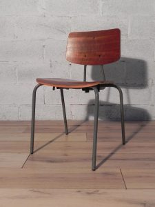 Chaises industrielles. Antiquités du XXème. Design du XXème. www.galerie87.com