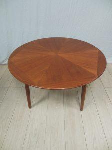 Table de salon en teck, Johannès Andersen, Samcom. Antiquités du XXème. Design du XXème. Meuble vintage. www.galerie87.com
