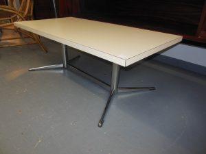 Table basse dans le goût de Ch. Eames. Antiquités du XXème. Design du XXème. Meuble vintage. www.galerie87.com