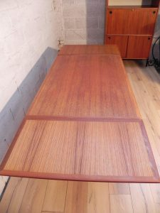 Table scandinave en teck. Antiquités du XXème. Design du XXème. www.galerie87.com