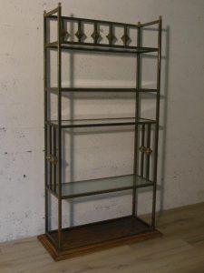 Vitrine en métal cuivré, néo classique, vintage. Antiquités du XXème. Design du XXè. www.galerie87.com